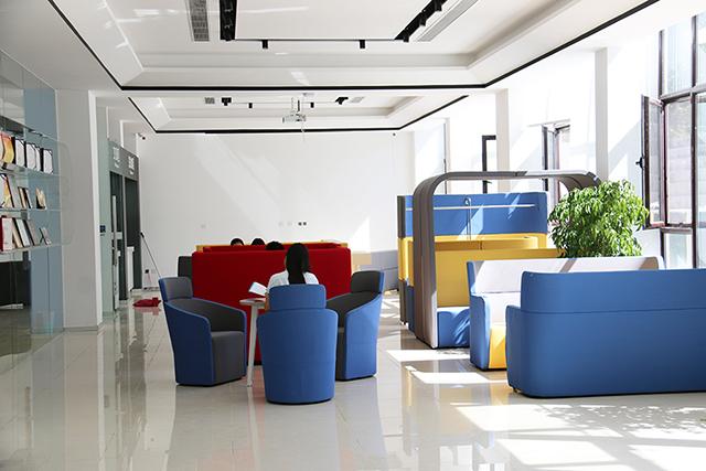 說到辦公室裝修設計,通常會拿國內和國外相比較,國內的辦公室裝修設計風格和元素普遍沒有國外的設計師大膽,國內的現對來說更嚴謹一些,少見色彩豐富大膽的搭配與藝術視覺感非常強的設計,北京天元世紀裝飾覺得國內的辦公室裝修設計應該多加入一些休閑的元素在里面,畢竟現在的打工一族以8090后居多,年輕人總是更喜歡有一些休閑元素,能緩解工作環境壓力,并且可以給予工作激情與靈感的環境,大膽,自然,前衛,甚至夸張。   那么是否要在辦公室裝修設計中加入休閑的設計元素呢,舉個例子,許多現代科學研究發現,人們在工作中消耗的能